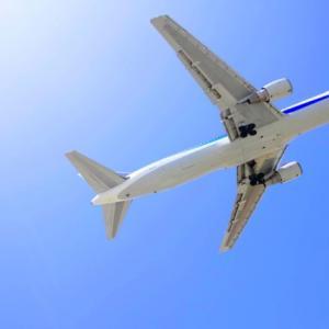 赤ちゃんが飛行機に乗る時の注意点は?耳抜きが必要ないって本当?