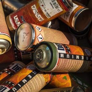 中身が残っているスプレー缶を復活させたい!押しても出ない時の対処法!