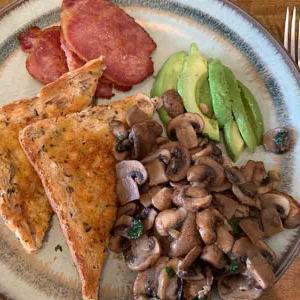 栄養バランスのいい朝食:マッシュルーム、ベーコン、アボカドのワンプレート
