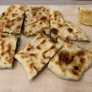 トルコ料理の激うまフェタとほうれん草のゴズレム (Gozleme)
