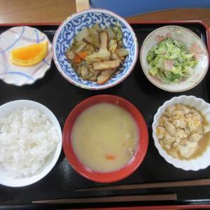 今日のランチはあったかシチュウ、煮奴、白菜とさつま揚げの甘酢炒め