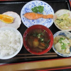 今日のランチはおけんちゃん、塩鮭焼き、湯奴