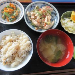 今日のランチは鶏肉の中華風マリネ、いんげんと人参の胡麻和え