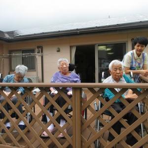 グループホームの日常、雨の合間にウッドデッキ