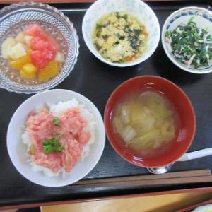 今日のランチはネギトロ丼、鶏ひき肉とワカメの卵とじ
