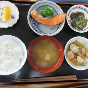 今日のランチは塩鮭の焼き物、里芋と大根煮