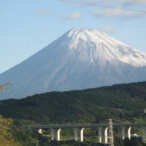 今朝の富士山は初冠雪