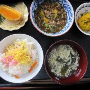 今日のランチは五目寿司、南瓜サラダ