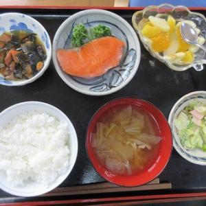 今日のランチは塩鮭の焼き物、日高昆布煮、卵サラダ