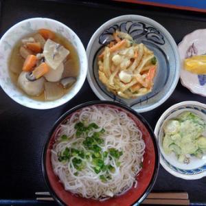 今日のランチはそうめん、かき揚げ天ぷら、大根と里芋煮