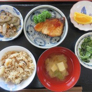 今日のランチは鰤の照り焼き、筑前煮、胡瓜と紫蘇の酢の物