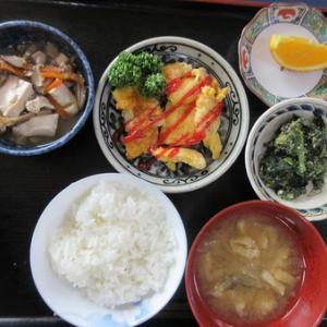 今日のランチは豚肉のピカタ、豆腐とキノコの煮びたし