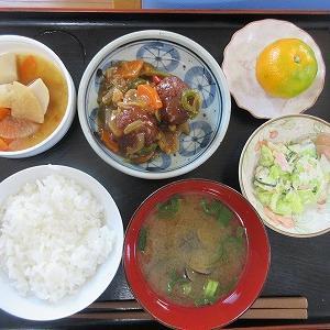 今日のランチは肉団子いる酢豚、野菜サラダ