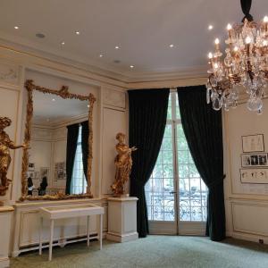 ファッション好きにおすすめ!イヴ・サンローランの作品が間近で見れる美術館