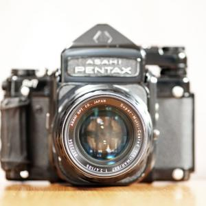 【カメラの話】 「バケペン」の愛称で親しまれている巨大な中判フィルムカメラ「PENTAX67」を使ってみよう♪