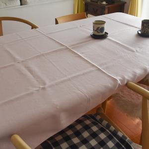 テーブルクロスとモダンデコのヒーター