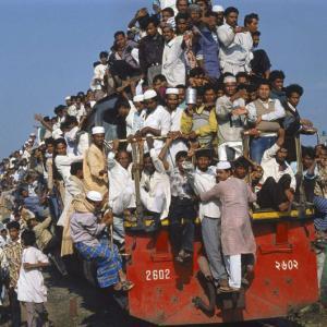 日本ではありえない、荷物や人をこんなに「積載量オーパの乗り物」