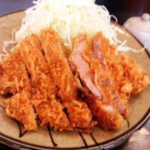 神楽坂にあるとんかつ おかむらにてとんかつ定食をいただく アットホームな老舗が提供する平田牧場の三元豚はやさしく染み渡る味わいだった