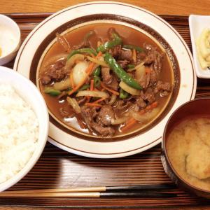 新宿の老舗定食屋つるかめ食堂 歌舞伎町店を初訪問 土曜日でも賑わう店内にて、ジンギスカン定食と豚肉天ぷらをいただいた
