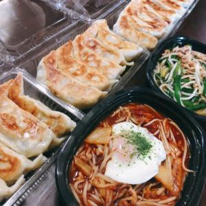 一圓 三鷹北口店にて餃子のテイクアウト 箸でギリ持てるレベルのジャンボ餃子にご飯の存在意義が揺らぐ