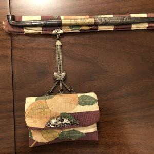 日本 綴織りの桃の煙草入れと銀煙管(御所車に葵紋)