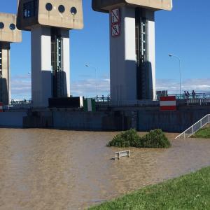 橋下弁護士「日本では都市を守るために中流域(田舎)で氾濫させている」