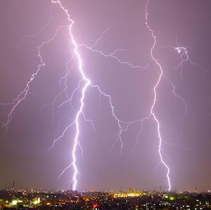 ジョギング中に雷に打たれて命を落とす事故が発生。