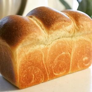 ブリオッシュ生地の食パンとフルーツサンド