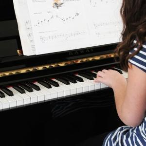 【子供の習い事】ピアノの7つのメリット・デメリットは?いつから?費用は?体験談も解説!