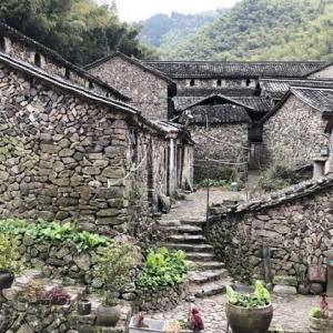 山奥の秘境にある石造りの村落-岩下村
