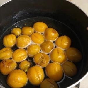 キンカンの甘露煮を煮ています