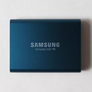 軽くて薄い、ミニマルデザイン。SAMSUNG(サムスン)のポータブルSSD T5を紹介