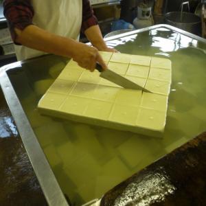 「お豆腐」とは-木綿豆腐と絹ごし豆腐の栄養・製造方法・添加物について