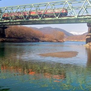 2/24 115系湘南色を犀川の流れに映して…