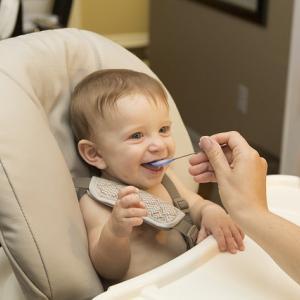 双子の離乳食の進め方やあげ方は?時間帯や便利グッズ・辛い時の対処法!