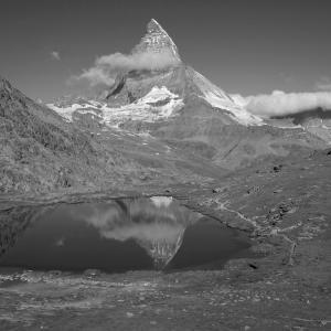 アルプスの風景(モノクロ版) ツェルマット 65  リュッフェルゼーとマッターホルン