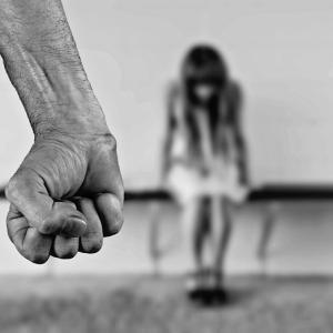 乳幼児を揺さぶり死亡、虐待の疑いで父親が逮捕。虐待の背景に社会の闇⁉