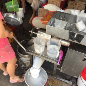 ココナツミルクを軒先で作る店。ホーチミンの市場。
