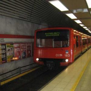 地下鉄駅Yliopistoに通じる地下道で見ることができる光の芸術