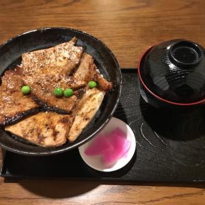 ぶたやの豚丼でがっつりランチ/子連れに嬉しいキッズスペース完備!北斗市七重浜の元祖炭火焼豚丼専門店