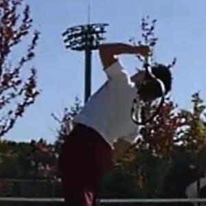 テニスのサーブを安定させるには頭の位置を動かさないことが重要