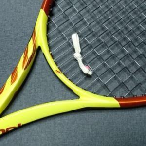 テニスラケットの振動止めはゴム紐をくくるだけでも効果あり