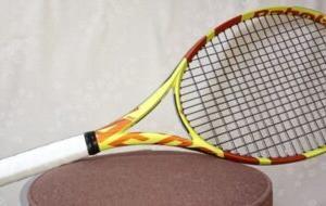 テニスラケットの見た目を変えずに重りのシールを貼る方法