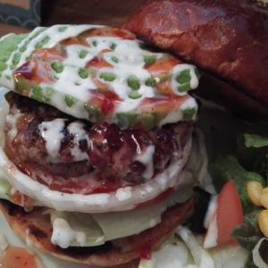 松戸市小金原のハンバーガー店 R-S(アールズ)にてアボカドバーガーをいただく。パティばかりでなく特製バンズも美味。ハンバーガー百名店にも納得!