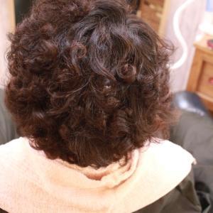 クリクリくせ毛。すごくかっこいいのに。抗がん治療後の髪へ縮毛矯正は