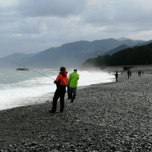 波が高く大混雑では宮崎海岸でも青物はいない。でもたら汁は最高