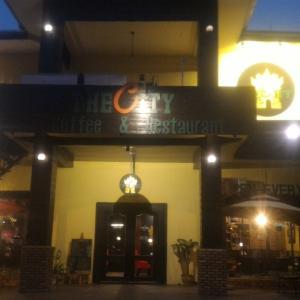 """パトゥーサイ近くのカフェレストラン """"The City coffee & Restaurant"""" at Vientiane"""