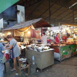 地元民に人気のローカルマーケット・海鮮市場も(ビエンチャン、ラオス)