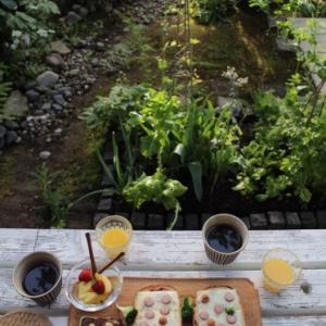 庭で朝ごはん