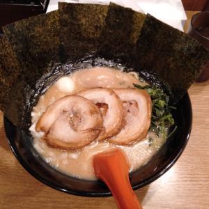 川崎駅東口近くの「ラーメン武松家 駅前大通り店」で食べた、トッピングが盛りだくさんの醤油豚骨ラーメンが美味い!